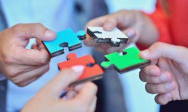 Puzzelstukjes bij elkaar leggen