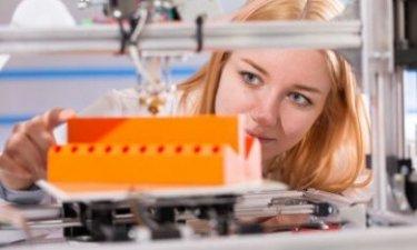 vrouw werkzaam in de techniek