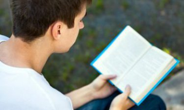 Een jongen heeft moeit met het lezen van een boek