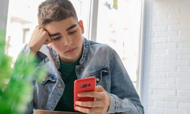 jongere vult vragenlijst in op mobiele telefoon