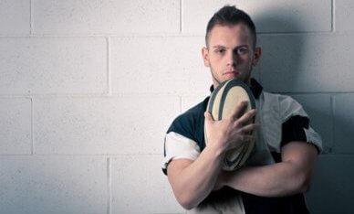 jonge man met rugbybal