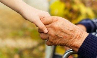 kinderhand houdt de hand van een senior vast