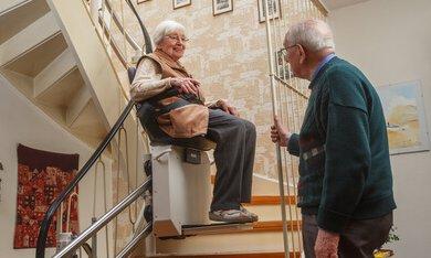 Vrouw in haar huis op een trap lift