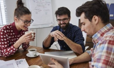 Mensen drinken koffie tijdens overleg