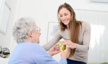 jongere die voor oudere zorgt
