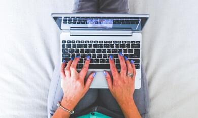laptop op schoot bij een vrouw