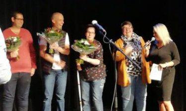 Team Abracadabra neemt de Drentse Taalprijs in ontvangst