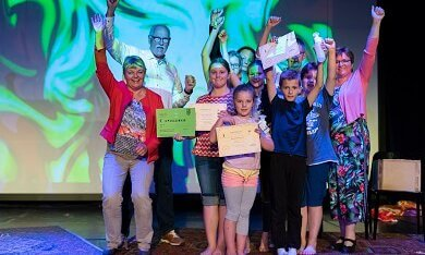 uitreiking geldbedrag voor Weekendschool Oldambt