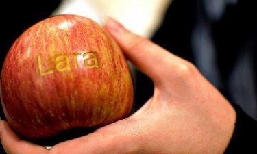 appel waarin een naam gekerfd is