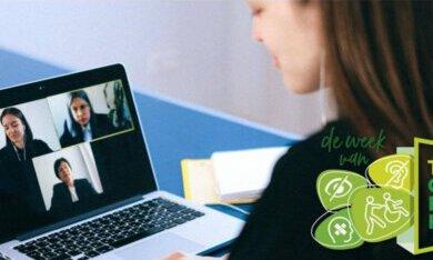 vrouw achter de laptop