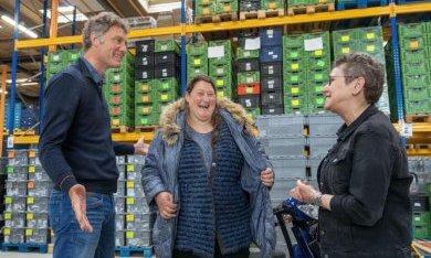 Ondernemer Thomas de Boer met deelnemer Jeanet Groenbroek en Mirjam Nagelmaker van de Voedselbank.