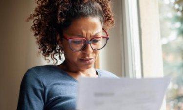 vrouw leest factuur