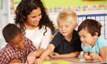juf met drie schoolkinderen