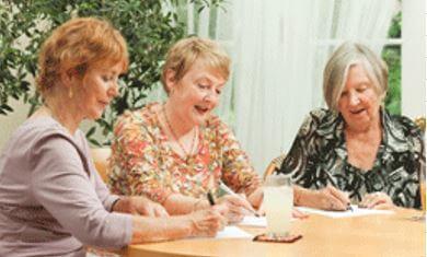3 dames werken plannen aan tafel uit