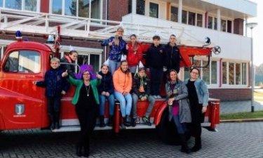 leerlingen van de weekendschool bij de brandweerauto tijdens de opening van de weekendschool Oldambt