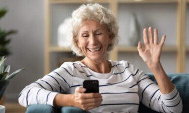 oma zwaait online naar kleinkind