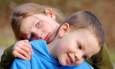 zus zorgt voor broertje