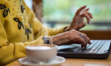 oudere dame met laptop