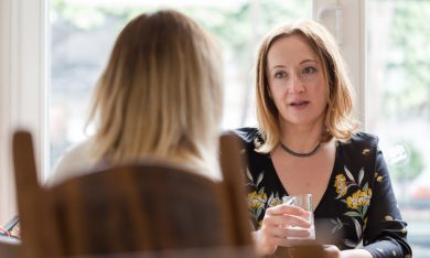 gesprek tussen 2 vrouwen