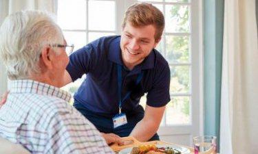 Oudere man met mannelijke verzorger