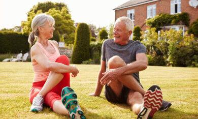 ouderen sporten in de tuin